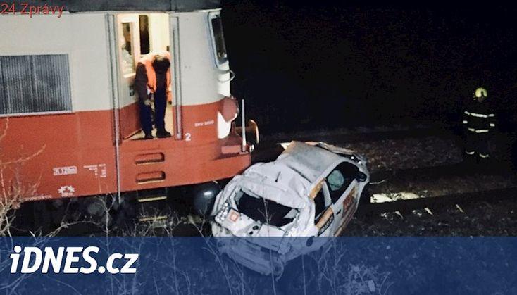 Auto sjelo z mostu před vlak. Řidič na poslední chvíli z auta utekl
