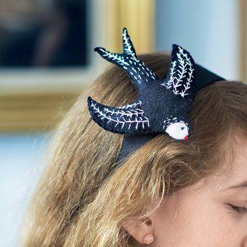 Un serre-tête en forme d'hirondelle / A swallow as a headband