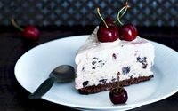 Det er sæson for kirsebær. Udnyt dem i en fantastisk islagkage med chokolade.