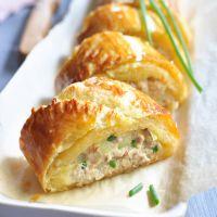 Posez la pâte feuilletée sur le plan de travail.   Mélangez dans un saladier le thon, le Rondelé, l'oignon finement haché, la moutarde et un jaune d'oeuf.   Étalez cette préparation sur la