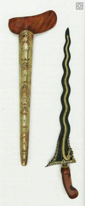 Keris (29). Naga luk 11 pemberian dari Pangeran Ngabehi dari Yogyakarta. Museum Etnologi Leiden mendapatkan keris berpendhok rinaja werdi bertatahkan berlian ini pada tahun 1893 dengan membelinya dari mantan Gubernur Jendral Hindia Belanda 1861-1866, Baron Sloet van de Beele. Dimensi panjang bilah 47 cm