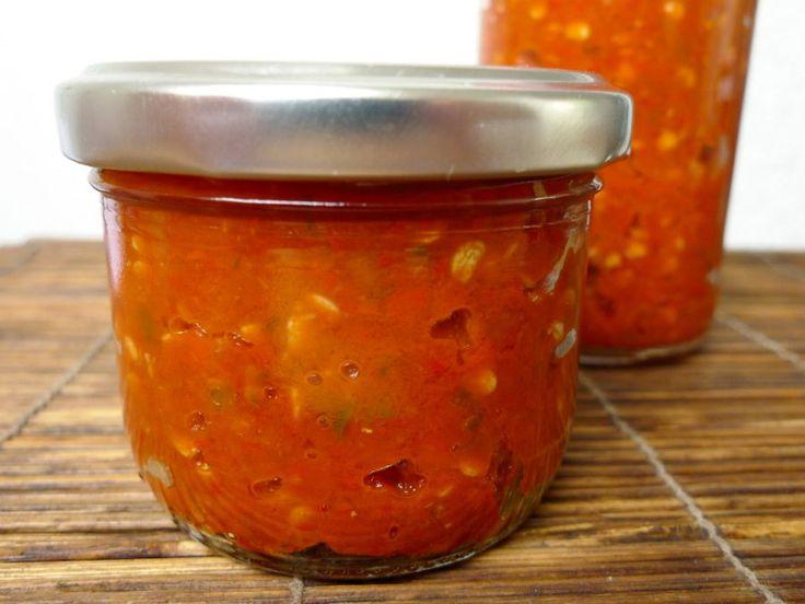 Zelf sambal maken is een makkie als je een keukenmachine of hakmolen hebt. Koop een zak rode pepers bij de Turkse of Surinaamse supermarkt en binnen een half uurtje heb jij zelf een paar potjes sambal gemaakt!  | http://degezondekok.nl