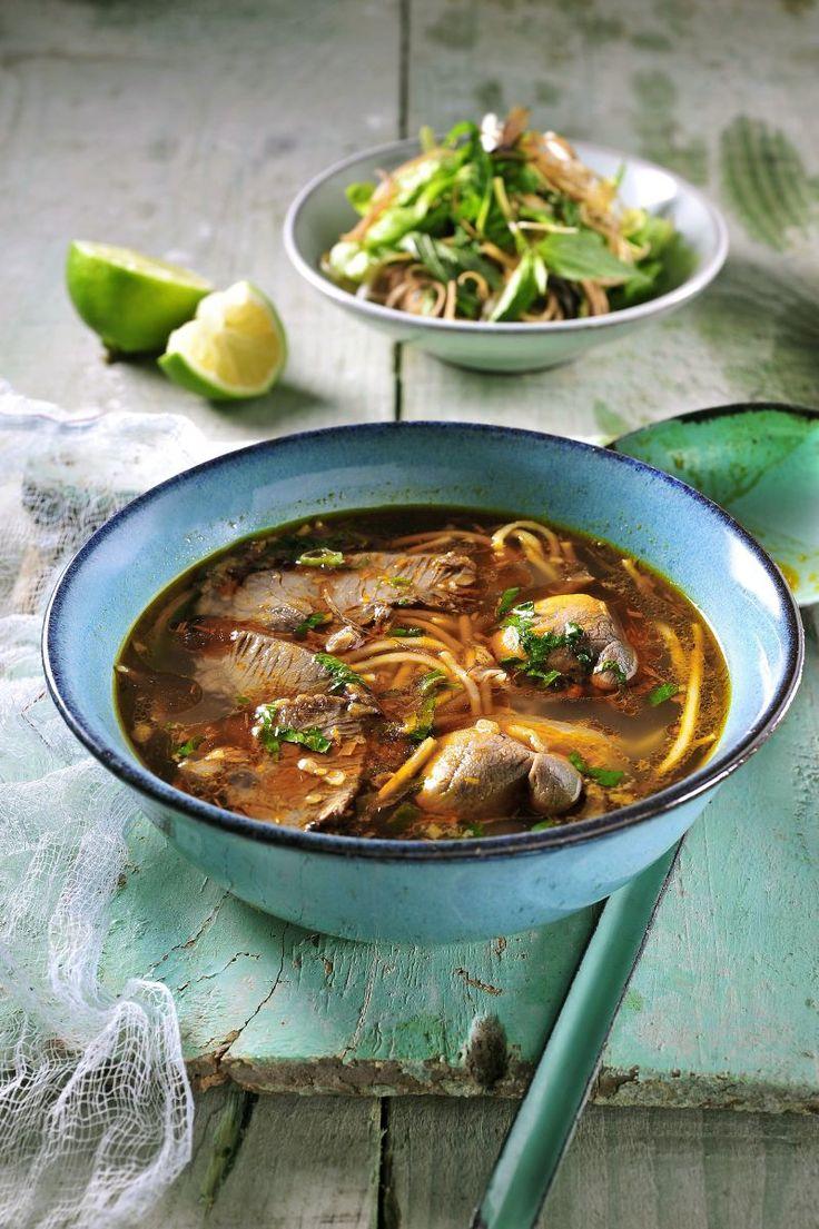 Pittige rijstnoedelsoep met rund- en varkensvlees  http://www.njam.tv/recepten/pittige-rijstnoedelsoep-met-rund-en-varkensvlees