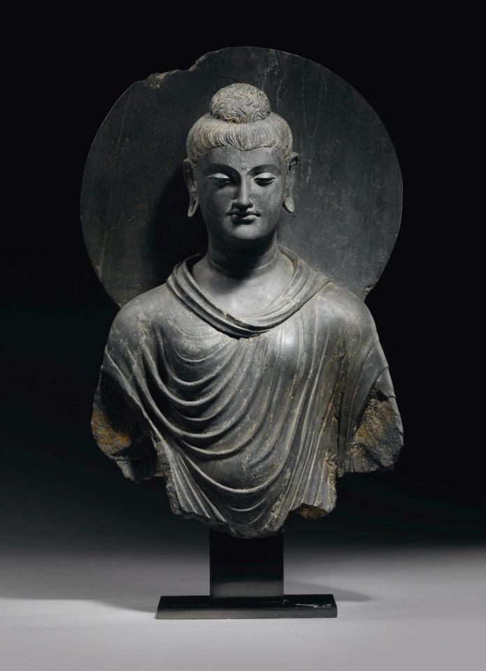 Buste de Bouddha Shakyamuni en schiste gris. Gandhara, IIème-IIIème siècle. Photo: Christie's Images Ltd 2012  A Fine Grey Schist Bust of Buddha Shakyamuni