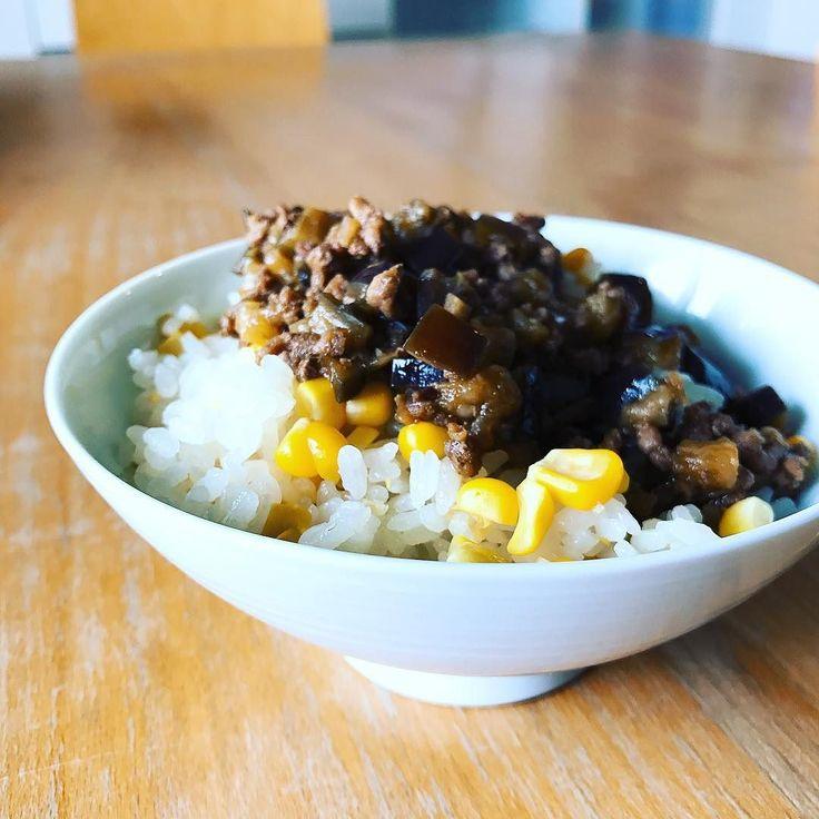とうもろこしの炊き込みご飯  芯も一緒に炊きこむとうもろこしの炊き込みご飯塩と日本酒で風味付けしたご飯の塩気と甘くてみずみずしいとうもろこしのハーーーーーモニーーーー  作りたての肉味噌と一緒に夕飯の仕込みをしつつのランチと相成りました  レシピはこちらを参考にしました クックパッドレシピID2257804  #とうもろこしの炊き込みご飯 #とうもろこしご飯 #とうもろこし #トウモロコシ #炊き込みご飯 #昼ごはん #ランチ #lunchtime #lunch #ひるごはん #점심 #déjeuner #mittagessen #instagood #japan #instagramjapan #instalike #japon  #일본 #jepang #kitchen #cuisine #요리 #kochen #cookingram #クッキングラム  #inmykitchen #foodie #foodpic #instafood