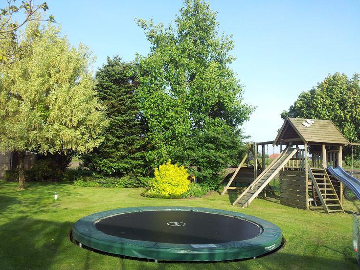 Een trampoline in de tuin is leuk. Mama gaat echter voor de veiligheid. Papa voor het mooie.  Op deze wijze is iedereen tevreden.