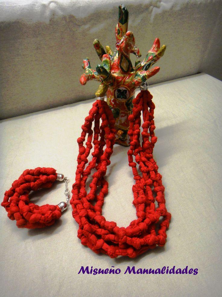 Arbolito de papel maché decorado con papel Décopatch, collar y pulsera de trapillo rojo.  www.misuenyo.com / www.misuenyo.es