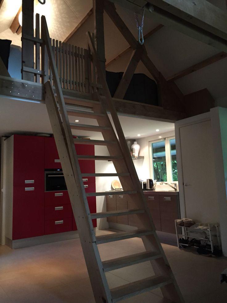 Het Boshuisje: met de trap naar de vide, waar zich de 2e slaapkamer bevind.