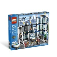 LEGO City 7498 - Sectie politie ; Setul contine: 6 minifigurine (4 politisti, 2 hoti), 1 caine politist, 3 vehicule (masina de politie, camioneta si motocicleta de politie), catuse, bare metalice, spatiu pentru depozitarea probelor si a secretelor, piese, accesorii   - Dimensiuni sectie de politie: 25 x 38 cm   - 783 piese