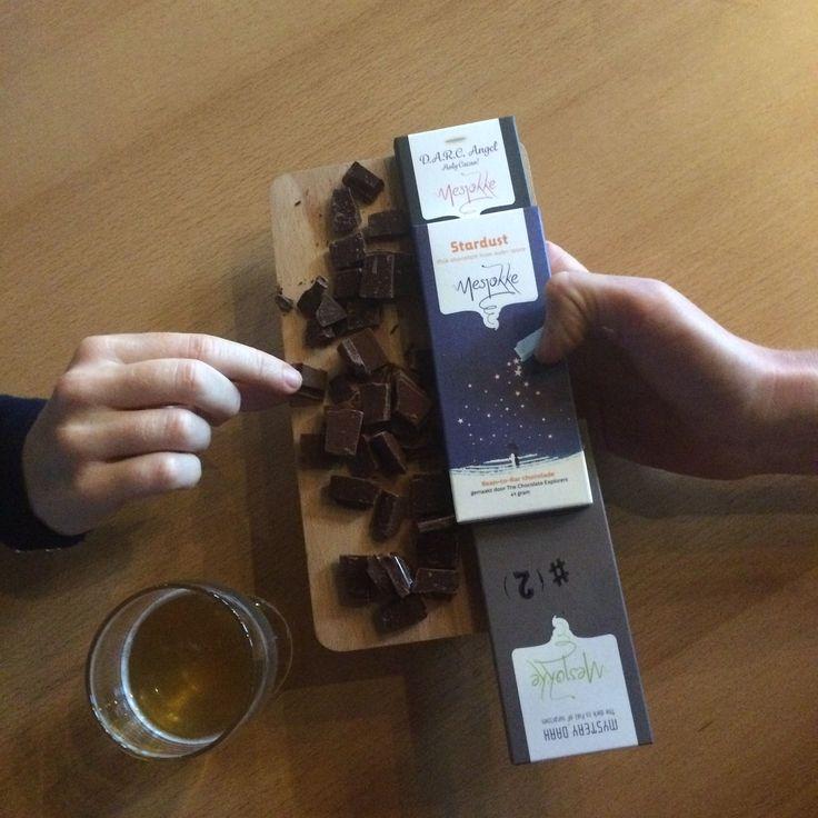 Niet alleen was er gister een kleine Mesjokke chocoladeproeverij met chocolademakers Luc en Per maar ook het enige echte Let's Ceaux Mesjokke cacaobier werd gelanceerd! Een heerlijk licht weizen bier gemixt met cacao uit Madagascar.. en natuurlijk niet te versmaden samen met een blokje Mesjokke. Move over Heineken dít is het zomerbier van 2016.