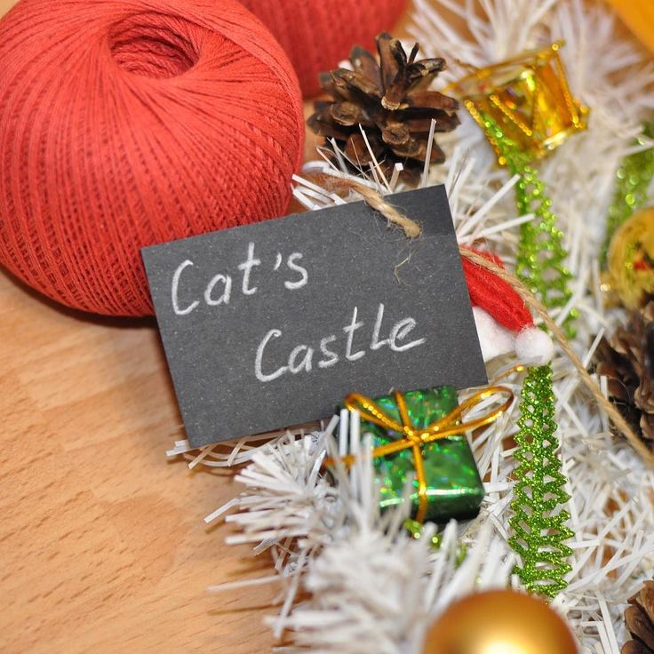 Белый лес Венок создан из хвойных ветвей белого цвета украшен натуральными шишками новогодними шапочками Санта-Клауса зелёными и золотыми подарками зелёными блестящими листочками папоротника а также пышным золотистым бантом.  На венке присутствует лейбл мастерской съемный. Размер: 40 см Цена: 2 500 руб