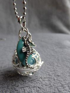 Bola de grossesse avec motif de ronds, avec un hippocampe argenté, bille bleu turquoise irisée, en sautoir ou collier : Maman par bola-de-grossesse