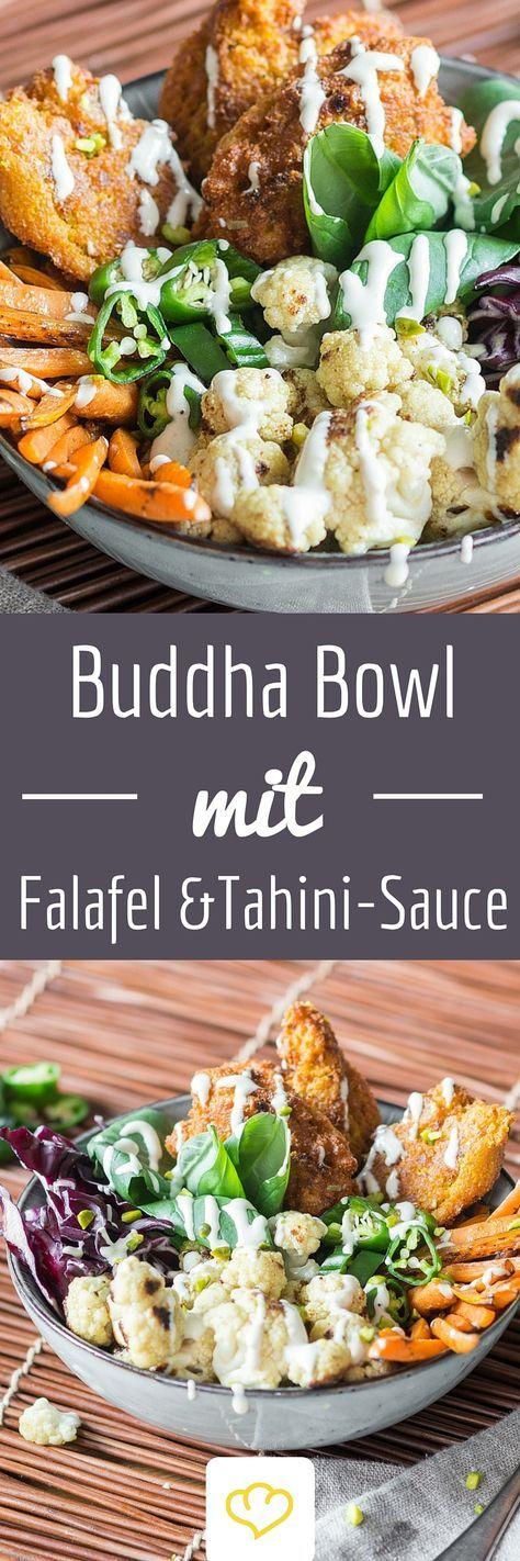 Was ist bunt, gesund und vollgepackt mit leckeren, warmen Sattmachern? Na diese großartige Buddha Bowl mit geröstetem Ofengemüse, knusprigen Falafelbällchen und zartem Spinat.