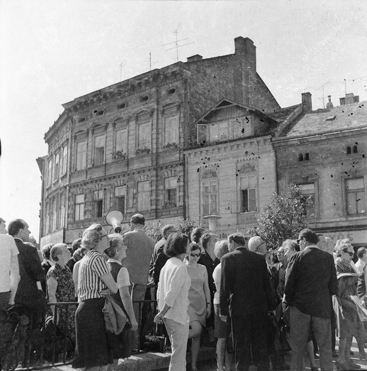 Lelkes turistacsoport a Várkerület, azóta átalakult részén.  Középen, háttal, megafonnal a kezében Friedrich Kari bácsi. - 1970 körül