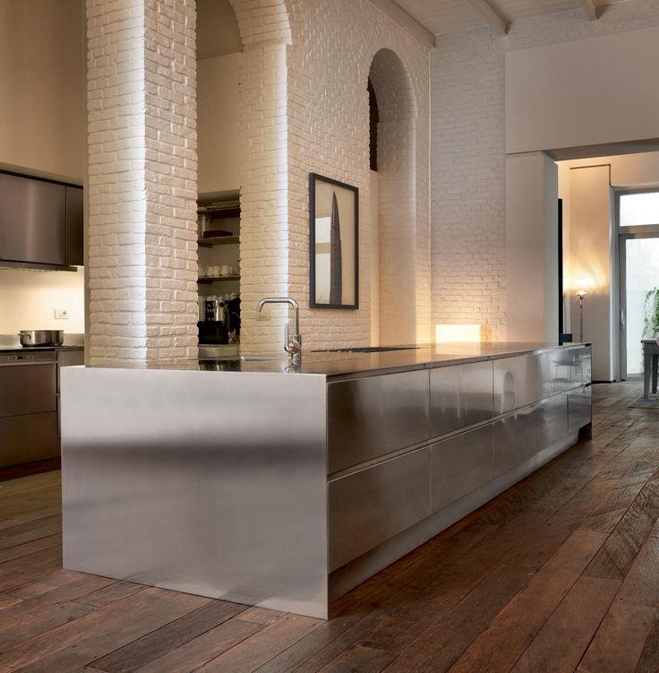 """In pieno centro a milano, in un signorile palazzo d'epoca, è nato un hotel dallo stile innovativo: Palazzo Segreti. E qui, circondata da muri in mattoni bianchi che si riflettono sulle superfici in acciaio inox, ha trovato il suo spazio la cucina di Atelier Abimis. Innovativa come l'hotel che la ospita, la cucina Atelier Abimis si compone di due blocchi, caratterizzati dal profilo """"a lama"""". Con due spazi dedicati alla cottura e una grande area dedicata all'impiattamento e alla pre..."""