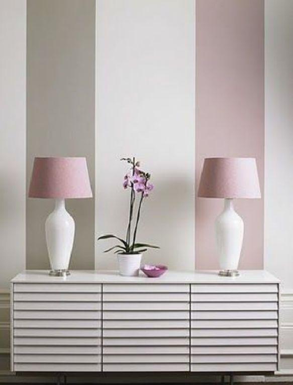 Rosa und Grau, die zusammen mit breiten Streifen sehr hübsch aussehen – perfekt für einen hübschen Flur oder ein Schlafzimmer für Teenager. . . oder sogar das Zimmer der Eltern
