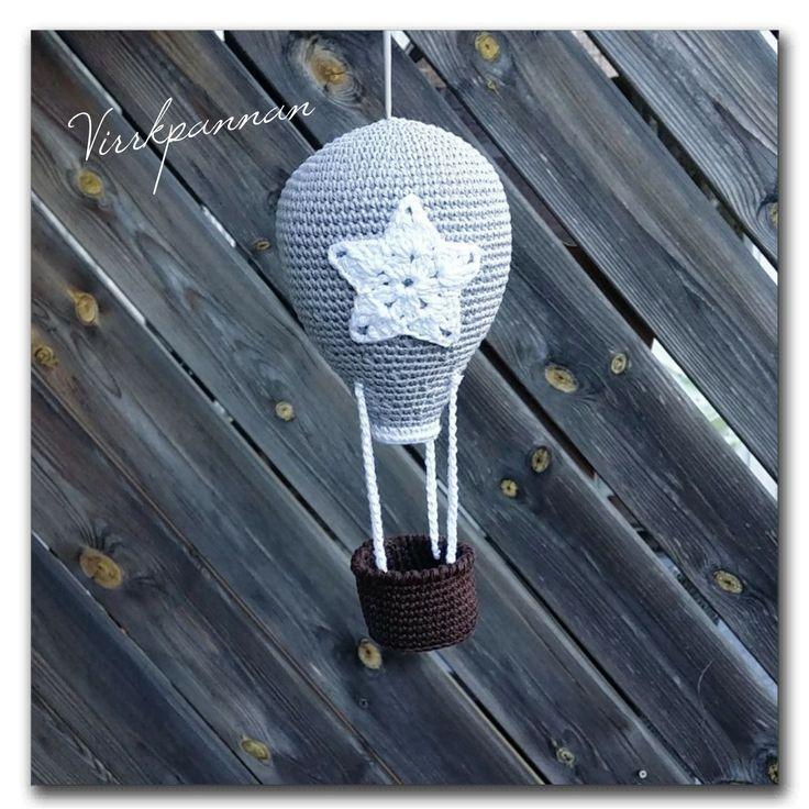 Hej! Jag har fått flera förfrågningar på mönstret till min virkade luftballong, så här kommer det. Kan bli fin som fönstermobil eller kanske som sängmobil. Sonen min använder den att köra playmobil…