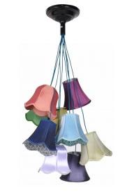 Een feestje boven de eettafel, je bureau of een donker hoekje. Deze mooie en vrolijke lamp met negen gekleurde kapjes is een aanwinst voor elke kamer. De binnenkant van de kappen is bekleed met verschillende bloemenstoffen. De snoeren zijn bekleed met turkooise textiel.