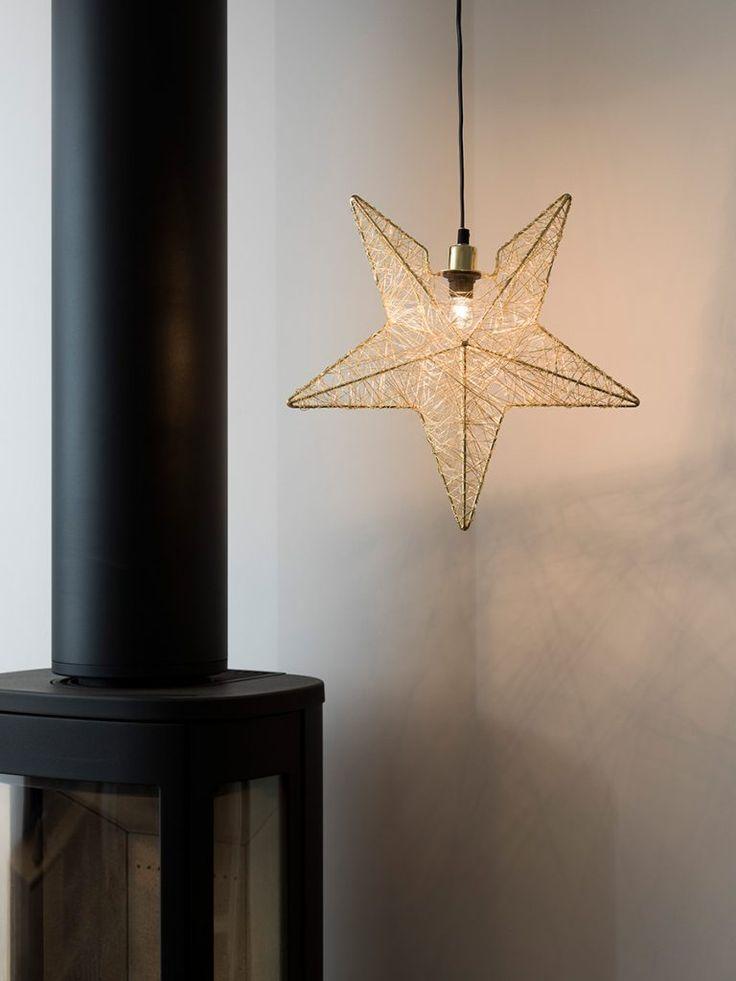 Delikat adventsstjerne i messing utførelse fra Konstsmide. Metallstjernen har et tredimensjonalt rammeverk som er spunnet med tynn metalltråd. Dette gir stjernen et meget vakkert lysspill.