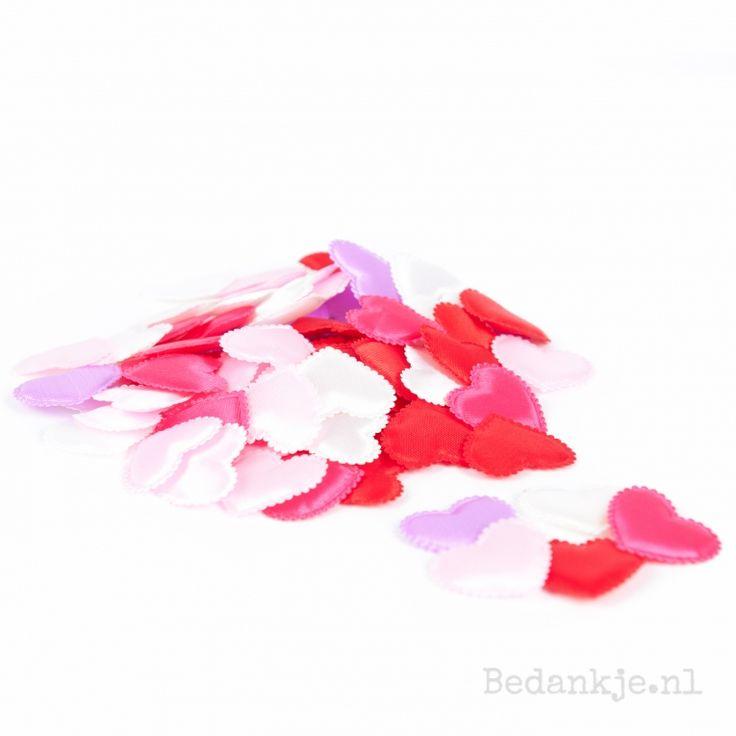 Deze schattige vilten hartjes zijn een leuk alternatief voor rozenblaadjes. Ook heel leuk als tafeldecoratie of om de loper naar het altaar te bekleden  afmeting 3,5 cm Vergeet niet de kleur aan te geven (De hartjes worden per 10 stuks geleverd)