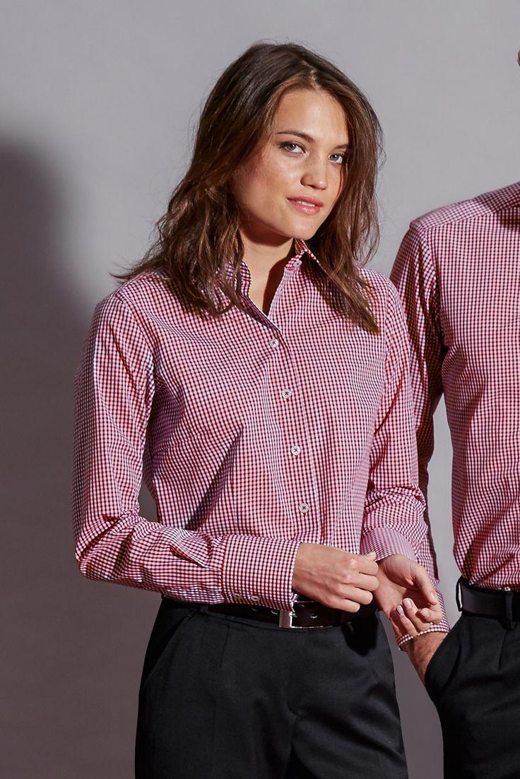 Die stylische und leichte Karo-Bluse in bordeaux hat einen leicht taillierten Schnitt und breite 2-Knopf Manschetten.