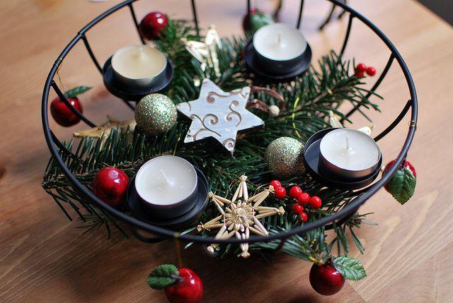 Enkel adventsdekoration i  t ex frukkorg med ljus, lite julgransprydnader och grankvist.
