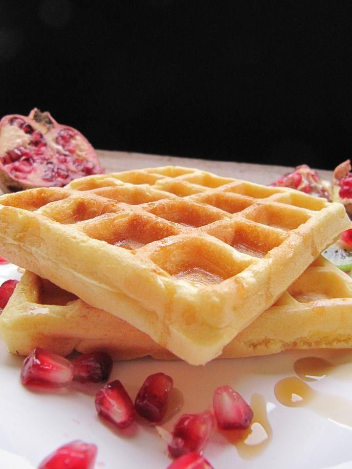 Waffel,dolce tipico del nord Europa, croccante fuori e morbido dentro, viene cotto su doppie piastre roventi che gli conferiscono il caratteristico aspetto.