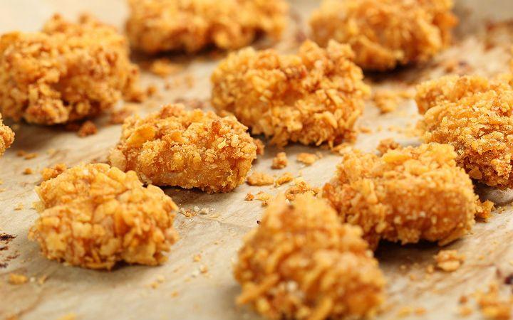 Yanına hazırladığınız mayonez ilaveli yoğurt eşliğinde banılıp banılıp afiyetle yeniyor. Çeşit çeşit soslar corn flakes'li tavuk tarifine çok yakışıyor.