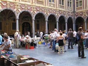 Marché des bouquinistes à l'intérieur de la Vieille Bourse.