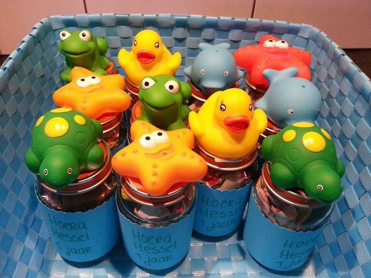 Traktatie in babypotje met koekje of mini soepstengel erin met badeendje