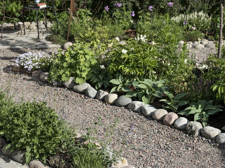 Den vackra, skyddade innegården, inspirerad av sydeuropeiska trädgårdar med grusgångar, lavendel och slingrande klätterväxter.