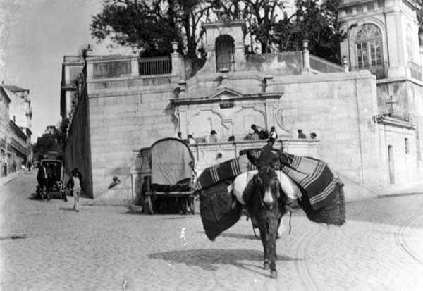 """Largo do Rato 1900 One of the fountains that the Aqueduct fed the """"free waters"""" to."""