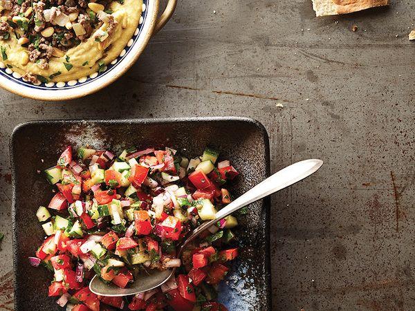Dans un grand bol, mélanger les tomates avec le concombre, l'oignon et le sel. Poivrer...