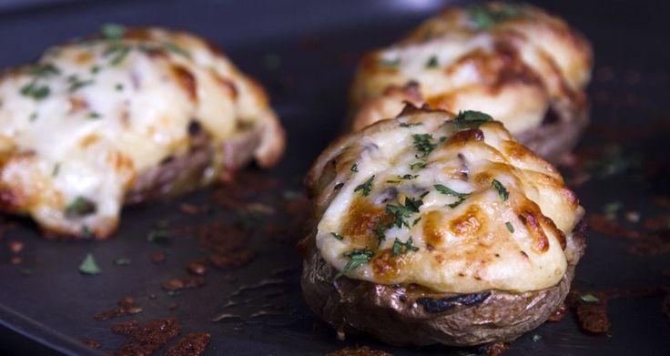 Γεμιστές πατάτες με λουκάνικο από τον Άκη Πετρετζίκη. Μια συνταγή για γεμιστές πατάτες στον φούρνο με λουκάνικο. Ένα συνοδευτικό που θα δώσει γεύση στο τραπέζι.