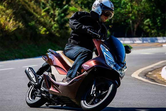 Considerada a motocicleta com o menor índice de desvalorização do mercado, a Honda PCX 15 chega na linha 2017 com novas cores e preços. Leia mais...