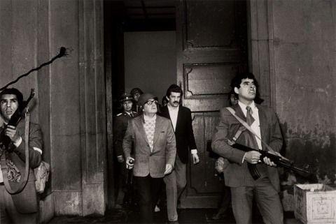El presidente de Chile Salvador Allende saliendo del palacio de La Moneda con un casco puesto momentos antes de su muerte durante un golpe de estado en la capital Santiago de Chile en 1972,Foto:The New York Times.