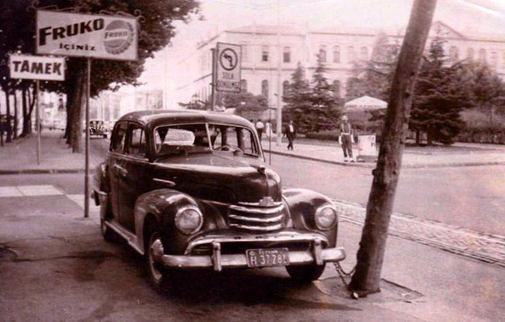 Harbiye radyoevi karşısı 1952 model Opel Capitan ağaca zincirlenerek güvence altına