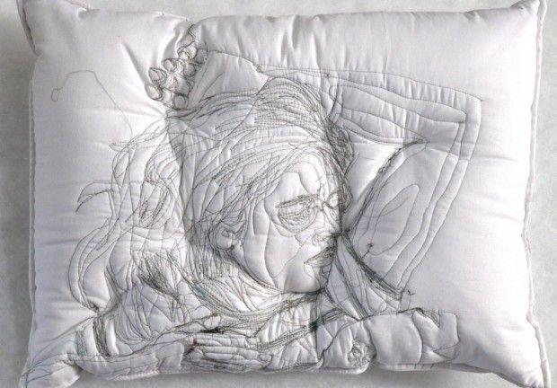 """Broderies """"Sleep Series"""" par l'artiste Maryam Ashkanian  L'artiste iranienne s'est inspirée des rêves et du sommeil pour réaliser cette très belle série. Cette collection d'oreillers représente des personnes endormies brodées à même le support. Ces dessins sont la représentation parfaite des ses modèles en plein rêve. Par ces sculptures, l'artiste nous invite à réfléchir sur notre vie onirique."""