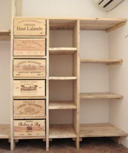 Etagères avec pour tiroirs des caisses de vin récupérées