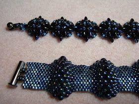Twee leuke armbanden in zwart blauw. leuk bij een spijkerbroek maar ook bij een zwart jurkje. Gewoon lekker draagbaar dus.  De bovenste...