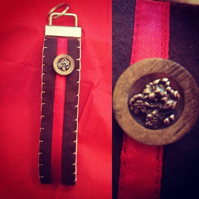 Handgemähtes Schlüsselband aus braunem Filz, 5,00€ + Porto #schlüsselanhänger #schlüsselband #lanyard #key #handmade #handarbeit #sewing #nähen
