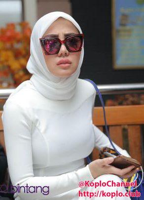 Entah kenapa saya tak pernah bosan membahas tentang jilboobs dan hijaber hot ini, bagi saya pribadi, para kaum hijaber ini hanya menyembuny...