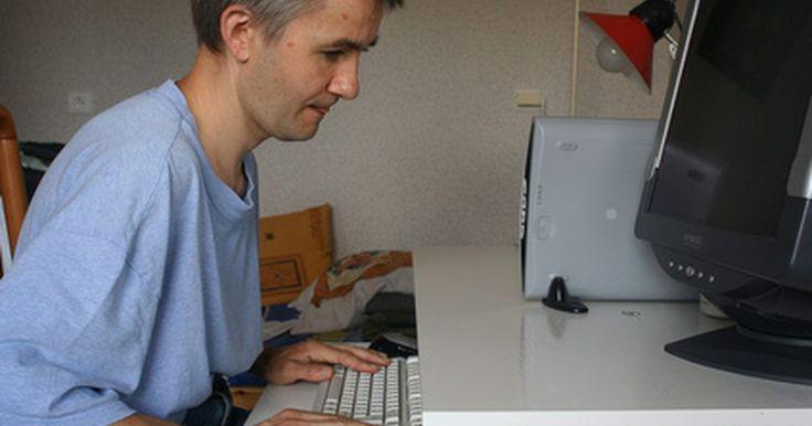 Cómo construir un escritorio para computadora de madera contrachapada. Cuando necesitas un escritorio para computadora pero tienes poco presupuesto, puedes construirlo con madera contrachapada. Este proyecto no es más que construir un rectángulo con respaldo y agregar una bandeja para el teclado y ruedas. Alguna experiencia en trabajo en madera puede ayudar, pero no dejes que la falta de ella te prive de la ...