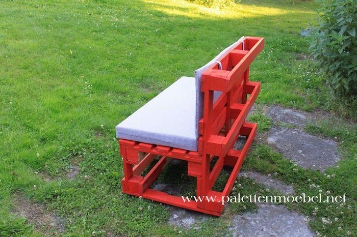 das ist eine idee zum thema palettenmöbel terrasse   hier ist eine kleine schöne rote bank aus alten paletten mit lila kissen