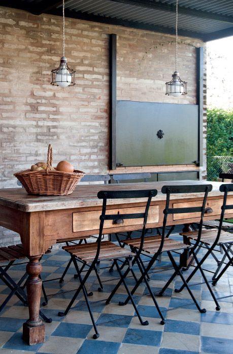 PUERTA ASADOR mesa de campo, que contrarresta su robustez con las livianas sillas de hierro modernas (Mercado de Pulgas). Las lámparas colgantes, ultra delicadas, tienen esqueleto de hierro óxido, y también se compraron via Internet.