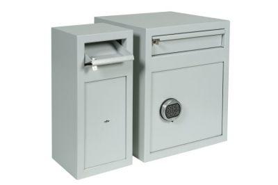 Afstortkluis De Raat MP (safe 2)    De afstortkluizen MP zijn geschikt voor het afstorten van losse biljetten, maar ook enveloppen, portefeuilles of sealbags. Het afstorten geschiedt via een afsluitbare klep (cilinderslot). De afstortkluizen MP worden o.a. veelvuldig ingezet in detailhandel, horeca en sportkantines.  De deur van de afstortkluis is uitgerust met een dubbelbaard sleutelsot (MP) of elektronisch cijferslot (MPE).