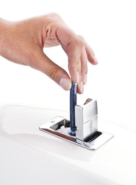 Sisäänrakennettu Fresh wc -raikastin annostelee oikean määrän raikastetta jokaiseen huuhteluveteen.