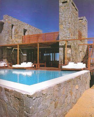 Una casa moderna en el uruguay hecha en piedra y madera for Casas de campo modernas con piscina