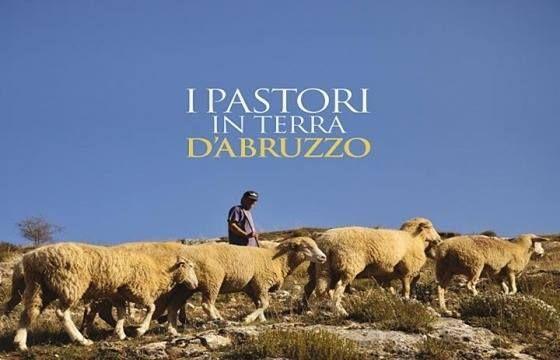 Introdotto dalla bella poesia Dai monti al mare di Giovanni Lufino il volume è una rilettura a ritroso nel tempo della pastorizia.  https://www.acquesacre.it/index.php/it/libri/recensioni/279-i-pastori-in-terra-d-abruzzo
