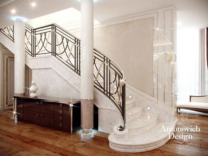 Дизайн лестницы и холла. Объединяет этажи роскошная широкая лестница из белоснежного мрамора. Возвышенно и грациозно смотрятся высокие мраморные колонны, которые служат визуальной опорой сводов потолка.